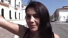 A fiatal diáklány pénzért kefél a szabadban
