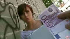 A rövidhajú leányzónak kell a pénz
