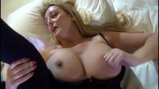 A szexi háziasszony nagy faszra vágyik