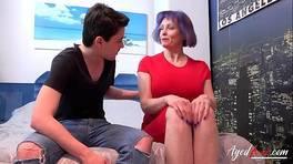 Den kåte unge fyren forfører den modne kvinnen