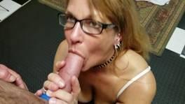 A szemüveges hölgy leszopja a nagy dákót